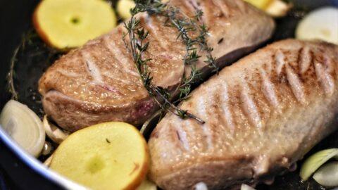 Magret de canard sauce foie gras échalotes caramélisées flambées au cognac