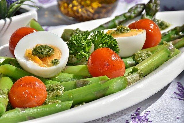 Tomates farcies aux œufs parfumées au pesto